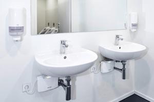 """Die Warmwasserbereitung der meisten Handwaschbecken in den Sanitärräumen erfolgt mit E-Kleindurchlauferhitzern """"MCX 3"""" und ..."""