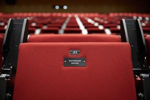 Lüneburger Unternehmen wie Clage unterstützen die Universität mit einer Sesselpatenschaft.