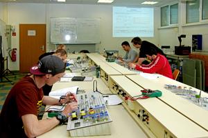 """Die Teilnehmer des Moduls 1 """"Erweiterung der technischen Kenntnisse"""" bei einer Widerstandsmessung an gemischter Schaltung"""