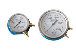 Zwei Zeigermanometer mit einem Messbereich bis 2.500 Pa zur Messung von Differenzdrücken im Rahmen der Filterüberwachung von Lüftungsanlagen.