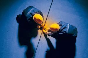 Wegen der glühenden Hitze wurden die Montagearbeiten der Raumklimadecken nachts ausgeführt.
