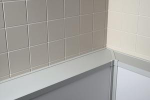 """Bei den niedrigeren """"Kinemagic""""-Komplettduschen ist der Randbereich so ausgestaltet, dass ein größerer Abstand zur Wand möglich ist. Dahinter kann dann, wie in einer Vorwand, beispielsweise eine Verrohrung """"versteckt"""" werden.<br />"""