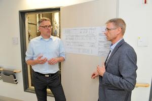 """""""Die Basis für eine hygienisch optimale Trinkwasser-Installation wird schon in der bedarfsgerechten Auslegung gelegt"""", so Planer Michael Lübbert (rechts) im Gespräch mit Viega-Planerberater Marco Trümper."""