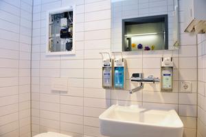 """An potentiell von Stagnation gefährdeten Strangabschnitten in der Trinkwasser-Installation setzte Planer Michael Lübbert zur Unterstützung des bestimmungsgemäßen Betriebs frei programmierbare Spülstationen mit Viega-""""Hygiene+""""-Funktion; hier in einer Toilette am Ende eines Strangs."""