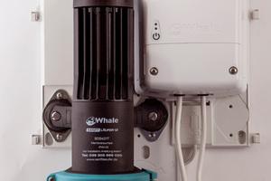 Sensoren im Wasserzulauf steuern die Pumpe. Die Membranpumpe saugt das Abwasser am Ablauf der bodenebenen Dusche ab und befördert es in einen höher gelegenen Abfluss.<br />