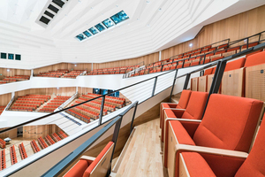 Unter allen Sitzen befinden sich speziell designte Auslässe, die die Zuluft direkt zu jedem Theatergast bringen.
