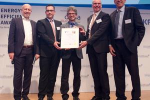 <br />MeteoViva und Fraport haben den dena Energy Efficiency Award 2018 gewonnen (v.l.n.r.): Andreas Kuhlmann, dena; Patrick Schäfer und Rüdiger Schröder, Fraport AG; Dr. Stefan Hardt, MeteoViva GmbH, und Ole Møller-Jensen, Danfoss