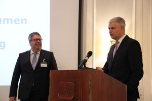 ITGA-Vorsitzender Bernd Pieper (links) und Staatssekretär Christoph Dammermann im Gespräch