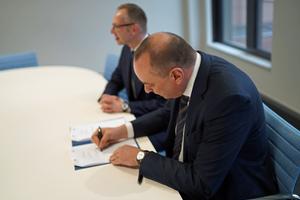 Prof. Dr. Nils Stieglitz (links) und Dipl.-Ing. Hermann Sperber unterzeichnen in Frankfurt am Main den Kooperationsvertrag.