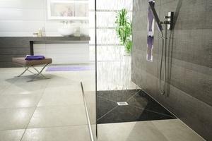 """Das Badezimmer dient heute als Raum der Ruhe und Erholung. Praktisch, wenn auch der Duschbereich in Sachen Schallschutz punktet – mit den verfliesbaren Duschelementen """"Jackoboard Aqua"""" ist dies kein Problem."""