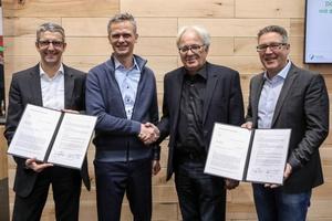 Christoph Bärle und Peter Bachmann (Geschäftsführer Sentinel Haus Institut GmbH), Prof. Alexander Rudolphi (DGNB-Präsident), Johannes Kreißig (Geschäftsführender Vorstand DGNB e.V.)  Foto: DGNB