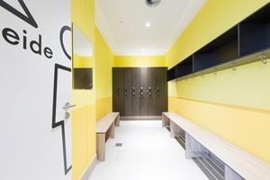 Das Bad zeichnet sich durch großzügig gestaltete Umkleideräume und ...
