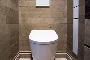 """Aus schallschutztechnischer Sicht ist die Eigenschaft eines WC als """"stilles Örtchen"""" vor allem so zu verstehen, dass Nutzer außerhalb der Wohneinheit von Sanitärgeräuschen verschont bleiben. Bei erhöhtem Schallschutz (z.B. nach DIN 4109:1989-11, Beiblatt 2) darf ein Schalldruckpegel aus haustechnischen Anlagen von 25 dB(A) im fremden schutzbedürftigen Raum nicht überschritten werden."""
