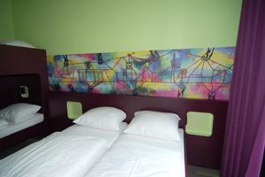Die an Graffiti erinnernde Gestaltung der Zimmer fügt sich in das Gesamtkonzept ein.