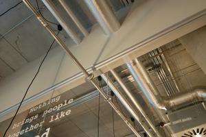 Eyecatcher: Das Rohr für Trinkwasser führt vom Frühstücksraum durch eine Glasscheibe in die Gästeküche.