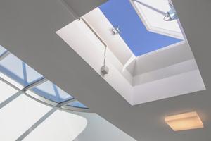 Der Zuluftventilator sorgt gezielt für frische Luft im gesamten Treppenraum. Diese verdünnt die eventuell eingedrungenen Rauchgase und spült sie durch eine geöffnete Lichtkuppel im Treppenraumkopf wieder aus.