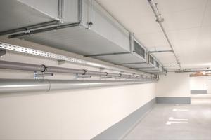 In der geschlossenen Tiefgarage sorgt eine maschinelle Abluftanlage durch die Reduzierung der Schadstoffkonzentration für frische Luft.