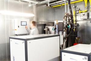 """Einblick ins Testlabor: Alle """"neoTower""""-BHKW sind """"Made in Germany"""". Entwickelt, gebaut und ständig auf Herz und Nieren geprüft im norddeutschen Saterland."""