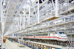 Parallel kann an vier Doppelzügen aller ICE-Baureihen gearbeitet werden.