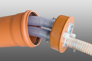 """Adapterplatte im unterirdischen Pelletsspeicher """"ThermoPel"""". Verbindungsleitungen zwischen pneumatischem Entnahmesystem """"Maulwurf"""" und dem Heizkessel verlaufen in einem Leerrohr zwischen Speicher und Gebäude."""