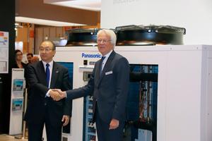 Toshiyuki Takagi (links), Executive Officer der Panasonic Corporation und Präsident von Panasonic Air-Conditioning, und Gerald Engström (rechts), Chairman und Gründer von Systemair, verkündeten auf der Climatizacion 2019 in Madrid die strategische Partnerschaft zwischen beiden Unternehmen.