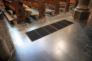Über ein Kanalsystem und Warmluftbodengitter gelangt die auf 45 bis 50°C erwärmte Luft in den Kirchenraum.