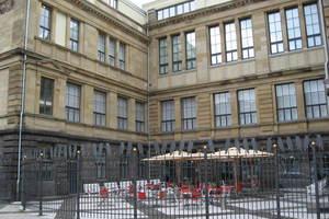 Der Außenbereich des Museums