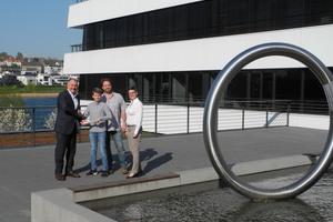Geschäftsführer Jan Opländer überreichte dem Sieger des Gewinnspiels Dorian im Beisein seines Vaters und der Ausbildungsverantwortlichen zwei Gutscheine für einen Besuch des DFB Fußballmuseums.<br />