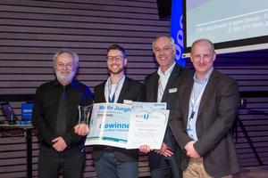 """Der """"Blue U Award 2019"""" ist mit 3.000 € dotiert. Mit Martin Junghans (2.v.l.) freuen sich Prof. Dr.-Ing. Michael Günther (l.), Juryvorsitzender und Referent Uponor Academy, Markus Friedrichs (3.v.l.), Kongressleiter und Vertriebsleiter Deutschland bei Uponor sowie Dr. Karsten Hoppe (r.), Uponor President, Building Solutions – Europe."""