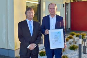 Günther Mertz überreicht Jürgen Speer (rechts) die Mitgliedsurkunde des BTGA.