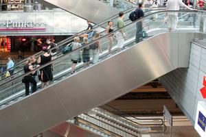 Rolltreppen mit Wangen aus Edelstahl Rostfrei meistern die Herausforderungen an eine reibungslose Mobilität.