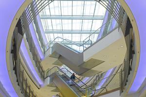 Rolltreppen aus Edelstahl Rostfrei transportieren u.a. große Kundenströme in Malls.