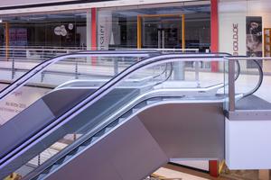 LED-beleuchtete Handläufe oder Stufenbänder sorgen an Rolltreppen aus nicht rostendem Stahl für zusätzliche Lichtblicke.