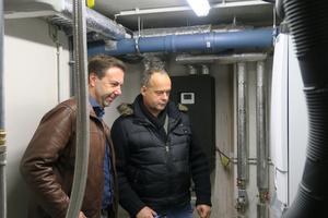 Jens Schneider von Luana (rechts) und Heiko Bosse, technischer Berater Remeha, vor dem Gasbrennwertgerät