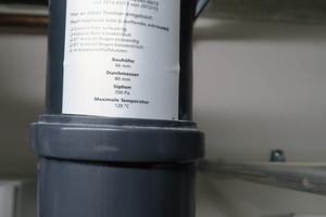 Als weitere Sicherheitseinrichtungen wurden zwei Rückstromsicherungen installiert, damit während eines Stillstands kein Abgas ins Gerät gelangt.