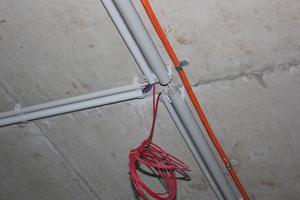 Die vielfach eingesetzte EC-Euro-Clip-Schelle ist ein flexibles Universalprodukt, das mit vielen anderen Elementen kombiniert und so auf allen Untergrundarten montiert werden kann.