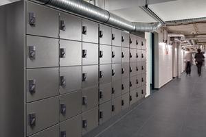 """Die Spinde in der Mitarbeitergarderobe des Estrel Berlin sind mit elektronischen Spindschlössern """"XS4 Locker"""" gesichert.<br />"""