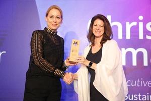 Dr. Christine Lemaitre (Geschäftsführender Vorstand der DGNB) (links) erhält den GGEF Eco Innovator Award von Renee Comly (CEO von Biomass Energy Systems, Inc.).