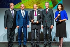 Verleihung des Ehrenpreises mit (v.l.n.r.) ZVEH-Präsident Lothar Hellmann, Frank Jahns (Geschäftsführer der STiebel Eltron-Vertriebsgesellschaft Deutschland), Dr. Ulrich Stiebel, ZVEH-Vizepräsident Hans Auracher sowie Moderatorin Katie Gallus.