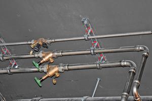 """Für die Trinkwasserinstallation kam das Edelstahl-System """"NiroSan"""" zum Einsatz."""