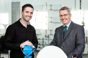 Johannes Dewald (links), Absolvent der Energie- und Umwelttechnik, widmete seine Diplomarbeit der Konzeption der neuen Hydraulikwand. Prof. Dr.-Ing. Marko Stephan (rechts) war sein fachlicher Betreuer.