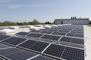 Ein Teil des Daches des Firmengebäudes von Elsner Elektronik liefert dank der Photovoltaik-Module Strom, ...