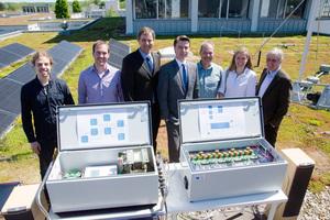 Sie arbeiteten zusammen am Zink-Luft-Speicher (v.l.n.r.): Ludwig Horsthemke, Andre Löchte, Prof. Dr. Peter Glösekötter (alle FH Münster), Markus Kunkel (3e), Uwe Jaschke, Nicol Otterbach und Anno Jordan (alle EMG Automation).