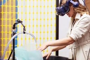 Ein augenscheinlich provisorischer Aufbau, bestehend aus einem simplen Plastikeimer und einem Wasserschlauch, der sich mit Aufsetzen der VR-Brille in eine futuristische Szenerie verwandelte.