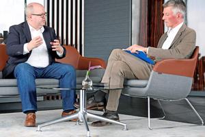Projektentwickler und Betreiber Thorsten Schütte (Premero Immobilien), links, im Gespräch mit <strong><em>tab</em></strong>-Chefredakteur Christoph Brauneis