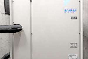 Um möglichst ohne Energieverluste zeitgleich am jeweils erforderlichen Ort kühlen bzw. heizen zu können, kommt ein 3-Leiter-System mit Wärmerückgewinnung zum Einsatz.