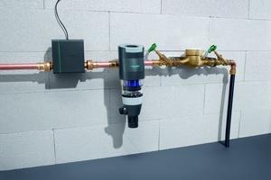 An der Hauptwasserleitung und hinter Druckminderer und Filter montiert, misst sie beständig den Wasserdruck im Leitungssystem und erkennt auffälligen Wasserverbrauch durch vordefinierte Grenzwerte.