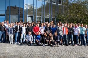 """Die """"neuen"""" Auszubildenden der Brochier-Gruppe mit ihren Ausbildungsbetreuern vor dem Verwaltungssitz in Nürnberg."""