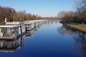 Acht schwimmende Ferienhäuser sind in Bad Bederkesa fest vertäut.