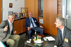 Im Berliner Abgeordnetenbüro: Lothar Riebsamen MdB, Robert Pomes und Thomas Endres (v.l.n.r.)